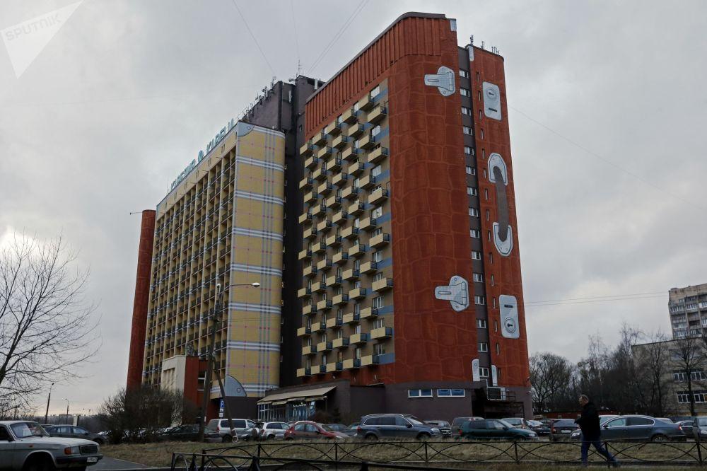 """""""卡累利阿""""宾馆16层的大楼因建筑物正面上的图画而被载入吉尼斯世界纪录。人们用了1万升颜料,把巨大的建筑物画成了一个箱子"""