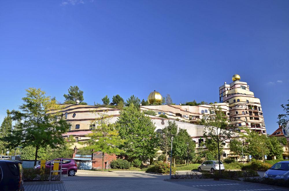 傳奇的奧地利建築師佛登斯列‧漢德瓦薩(Friedensreich Hundertwasser)設計了這座非同尋常的螺旋形建築,它的側面看上去像是一個巨型蝸牛。