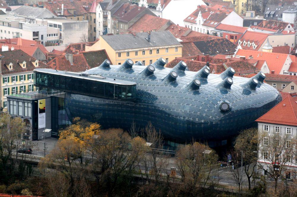 """伦敦建筑师彼得·库克和科林·福尼尔(Colin Fournier)设计了奥地利格拉茨市的博物馆建筑。按照他们的设想,这座建筑物应该让人想起魔术师的手提箱,但当地居民称它为""""友善的外星人""""。"""