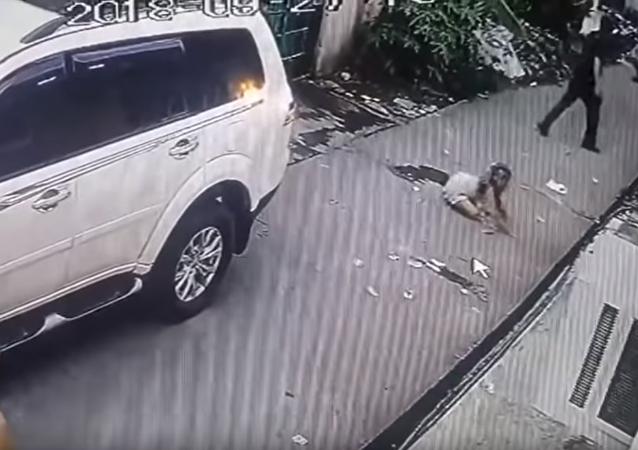 菲律宾一名8岁女孩从劫匪手中夺回父亲被抢钱财