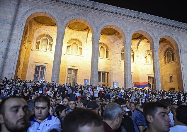 法案获得通过后,反对这项修正案的抗议者立即包围了国民议会大楼