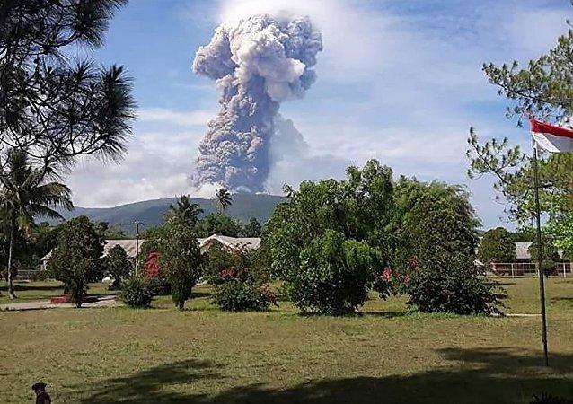 印尼蘇拉威西島火山爆發 灰燼噴至4千米高