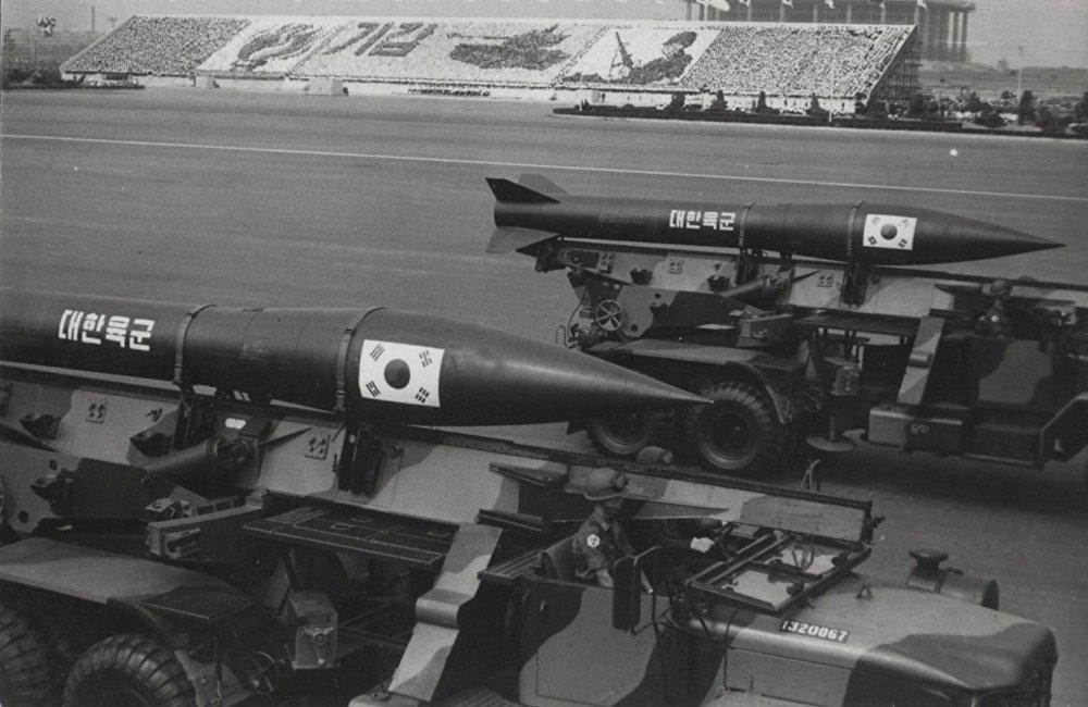 從70年代開始,慶祝活動開始在汝矣島可容納100多萬人的機場舉行。閱兵式上亮相先進軍事裝備、表演跳傘和方隊閱兵。