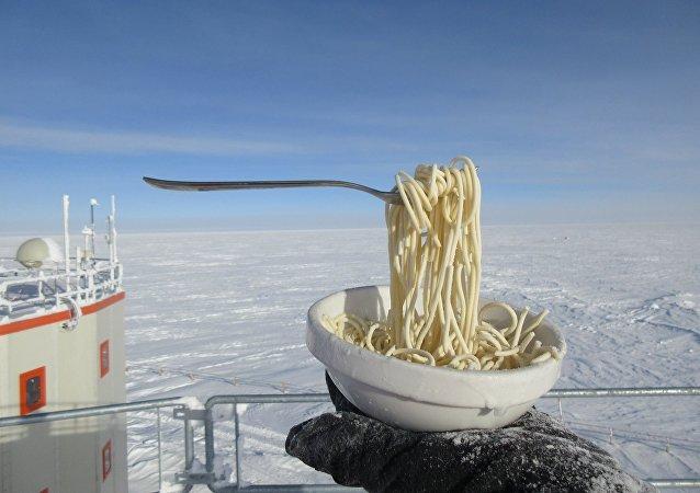 极地工作人员展示零下60度时面条是什么样