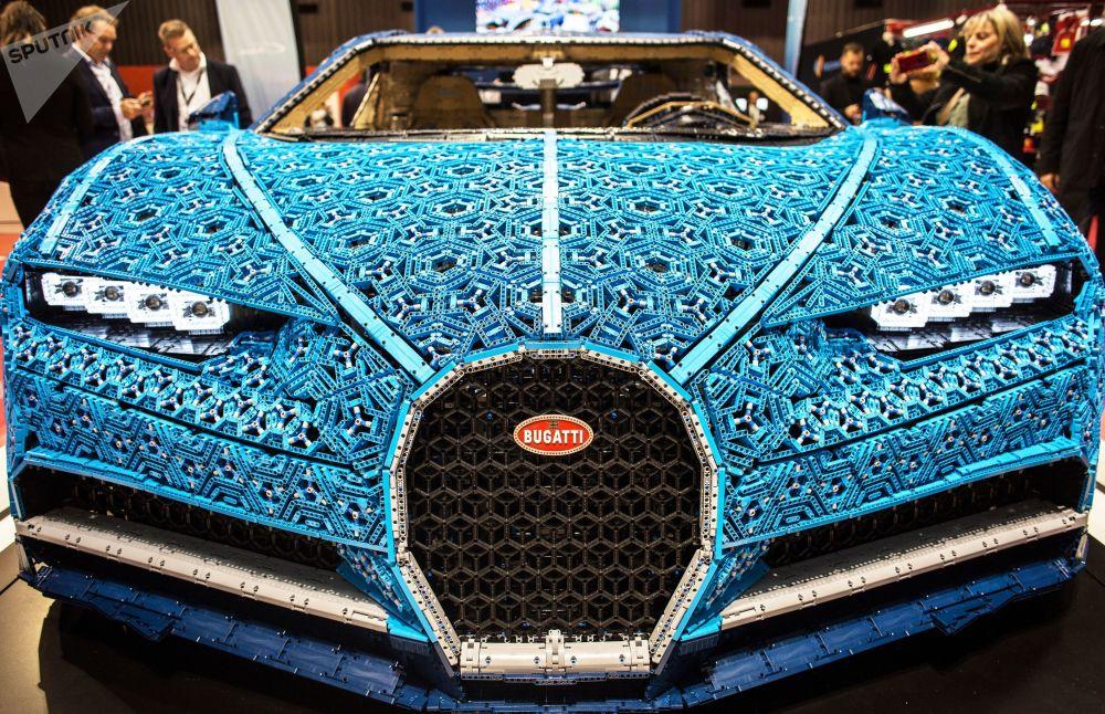 乐高公司制作的布加迪Chiron等比例模型在巴黎车展开幕式上进行展示