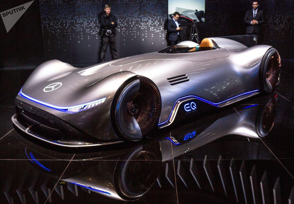 德國奔馳汽車公司的Vision EQ Silver Arrow全電動概念車亮相巴黎車展開幕式