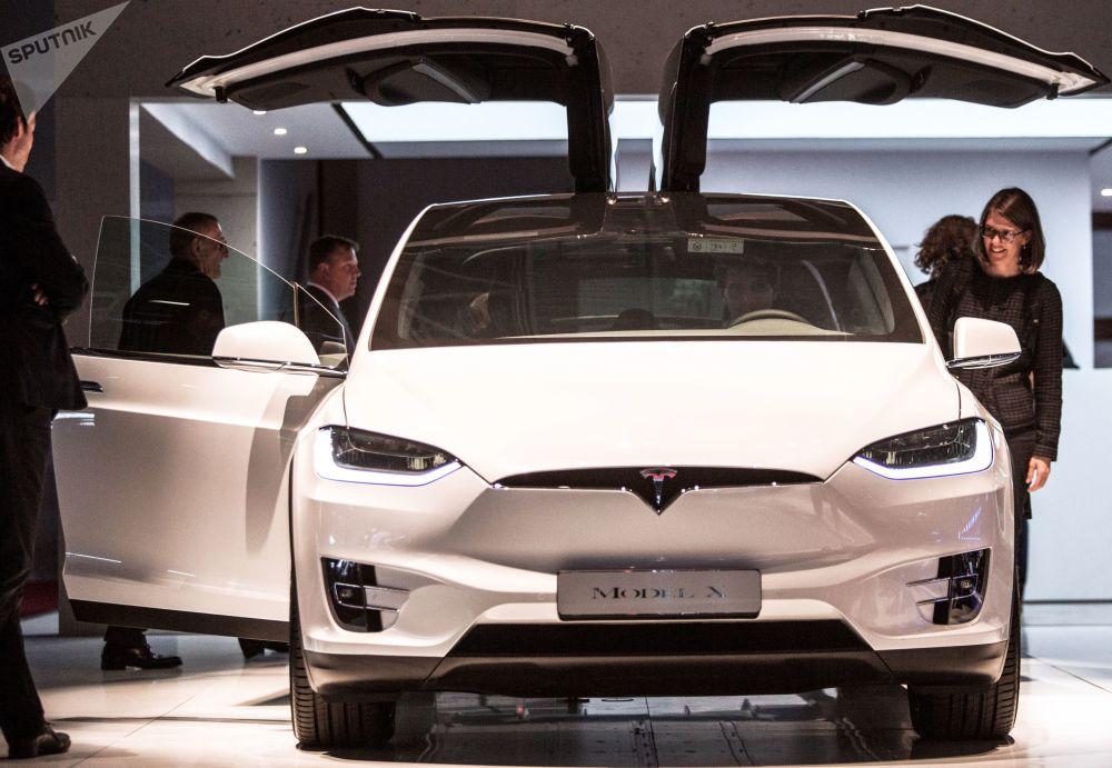 特斯拉新车型Model X亮相巴黎车展开幕式