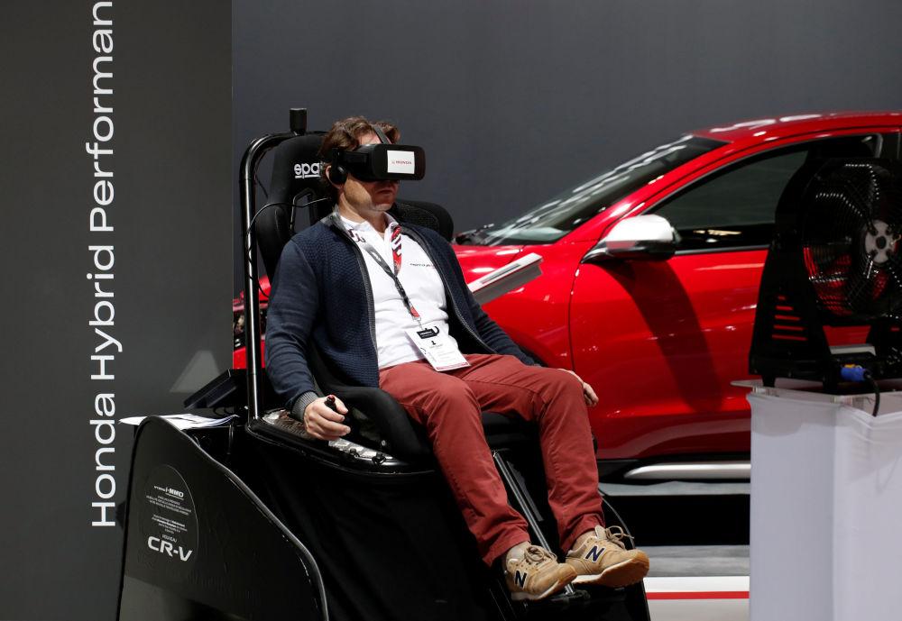巴黎車展開幕式上使用本田I-MMD(智能多模式驅動系統)的一位客人