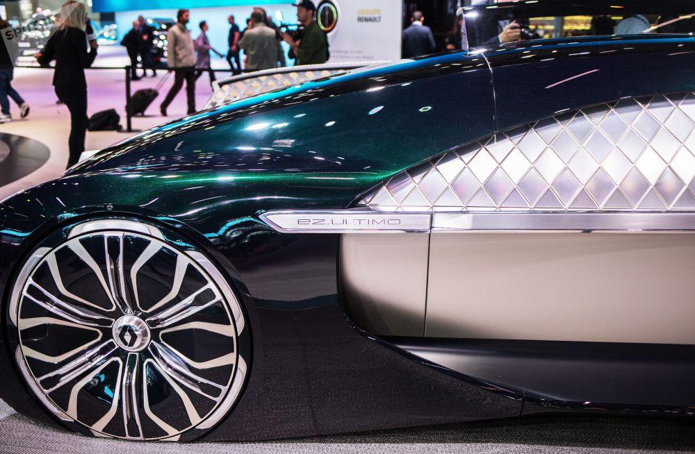雷諾全新概念車EZ-ULTIMO亮相巴黎車展開幕式