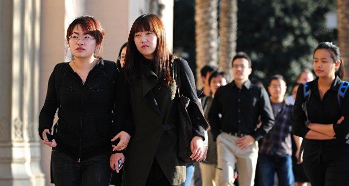"""美国限制中国大学生签证,谁""""受伤""""更重?"""