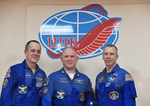 """俄罗斯""""联盟""""号飞船成功着陆 3名宇航员返回地球"""