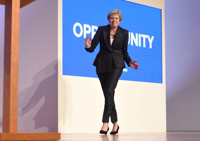 英国首相特蕾莎·梅在2018年的保守党伯明翰年会新闻发布会上跳舞。