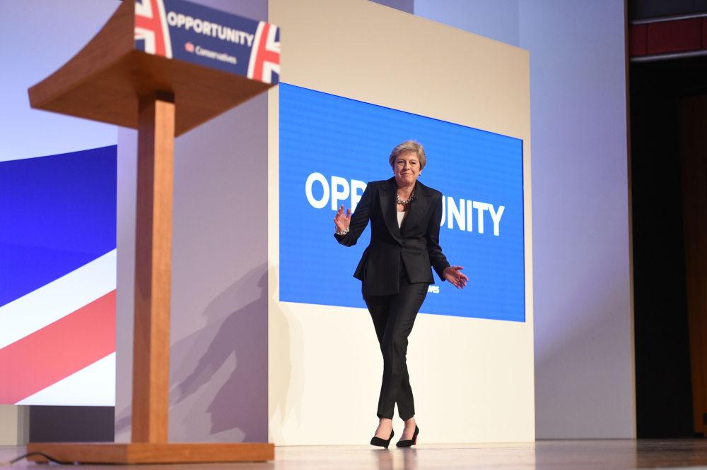英國首相特蕾莎·梅在2018年的保守黨伯明翰年會新聞發佈會上跳舞。