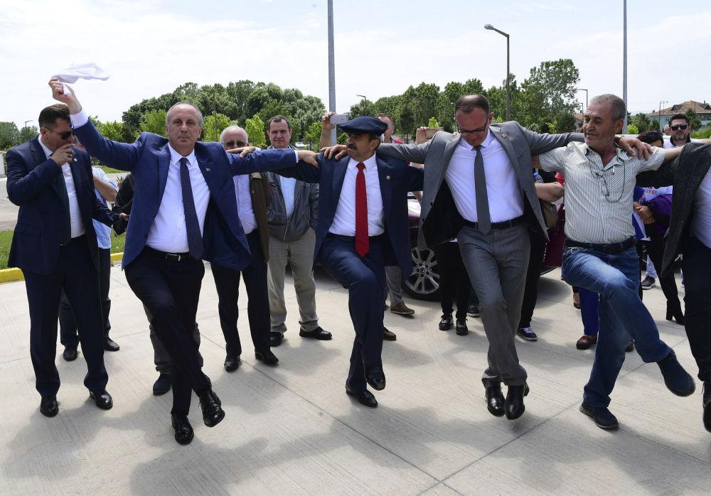 土耳其共和人民黨候選人穆哈雷姆·因傑與支持者們在薩姆松省的群眾集會上跳舞。