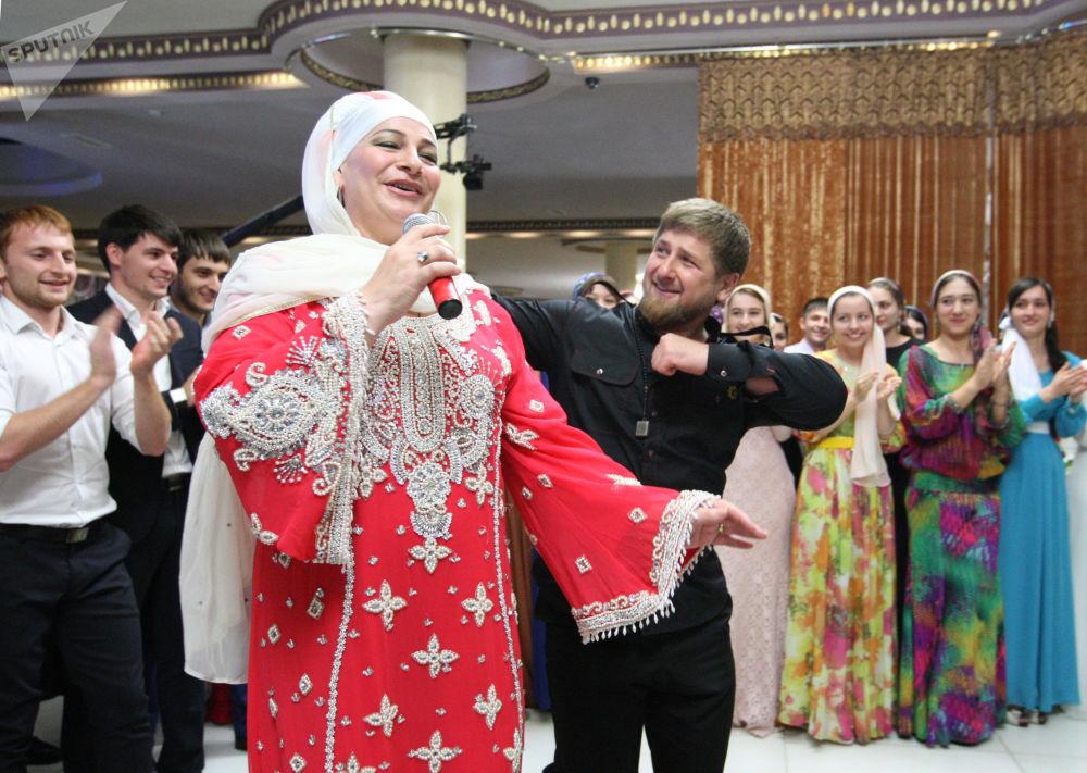 車臣共和國行政長官拉姆贊·卡德羅夫在格羅茲尼舉行的盛大晚宴上與女歌手共舞。