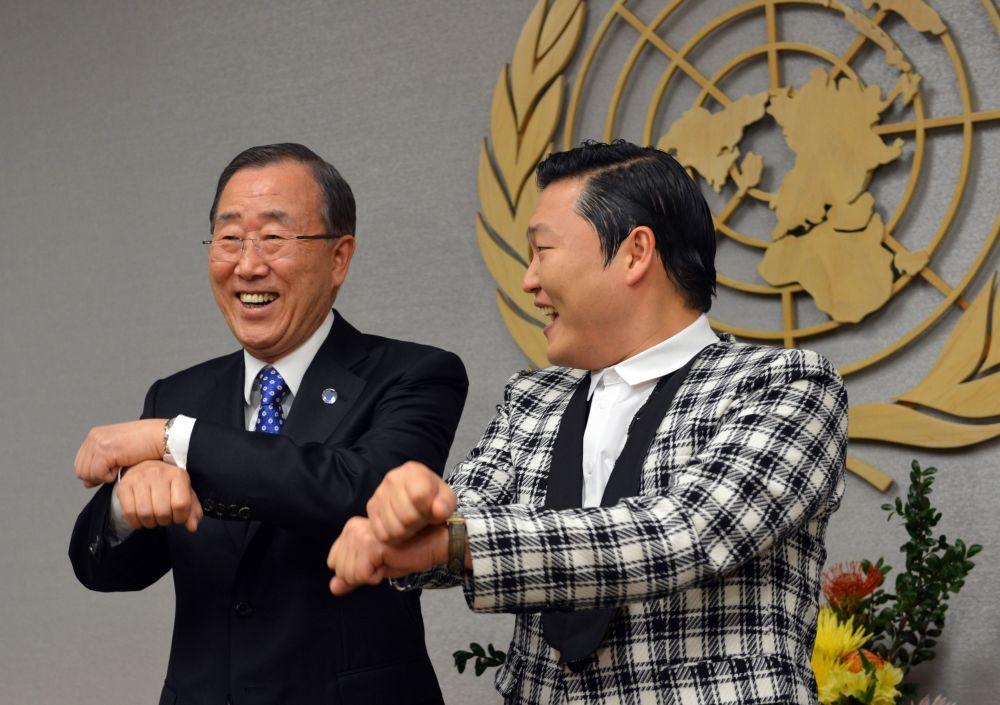 聯合國前秘書長潘基文與韓國流行歌手樸載相(PSY)在紐約聯合國總部共舞