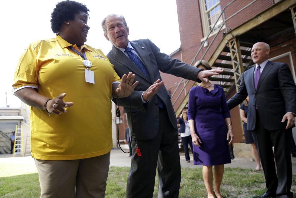 美國前總統小布什訪問新奧爾良的沃倫伊斯頓高中(Warren Easton Charter),在音樂小組表演時跳舞。
