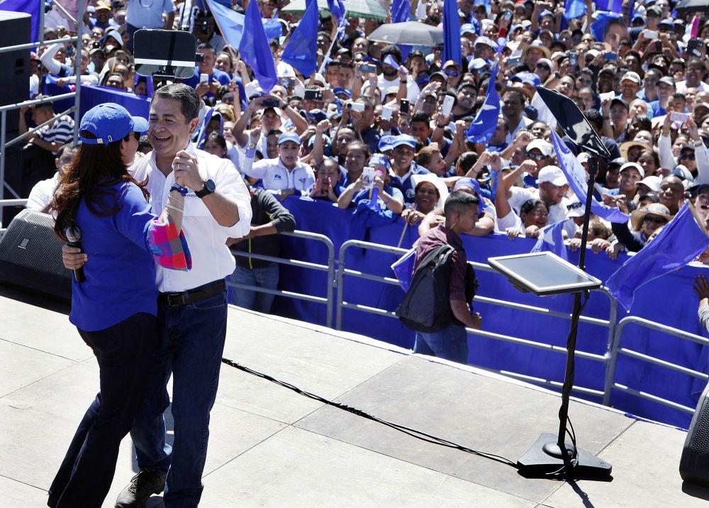 古巴新任領導人米格爾•迪亞茲-卡納爾在哈瓦那經濟論壇開幕期間與兒童劇院的演員們共舞。