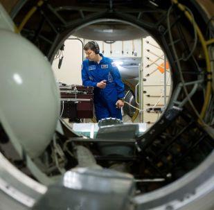 Космонавт Роскосмоса Олег Кононенко во время тренировки на тренажере российского сегмента МКС