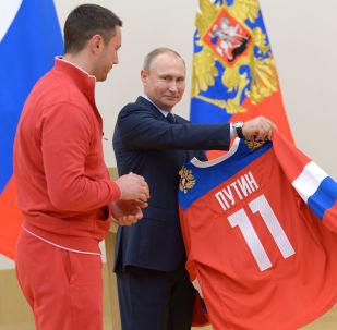 俄罗斯总统弗拉基米尔·普京和俄罗斯冰球队队员伊利亚·科瓦利丘克同参加第二十三届平昌冬奥会的俄罗斯运动员会面