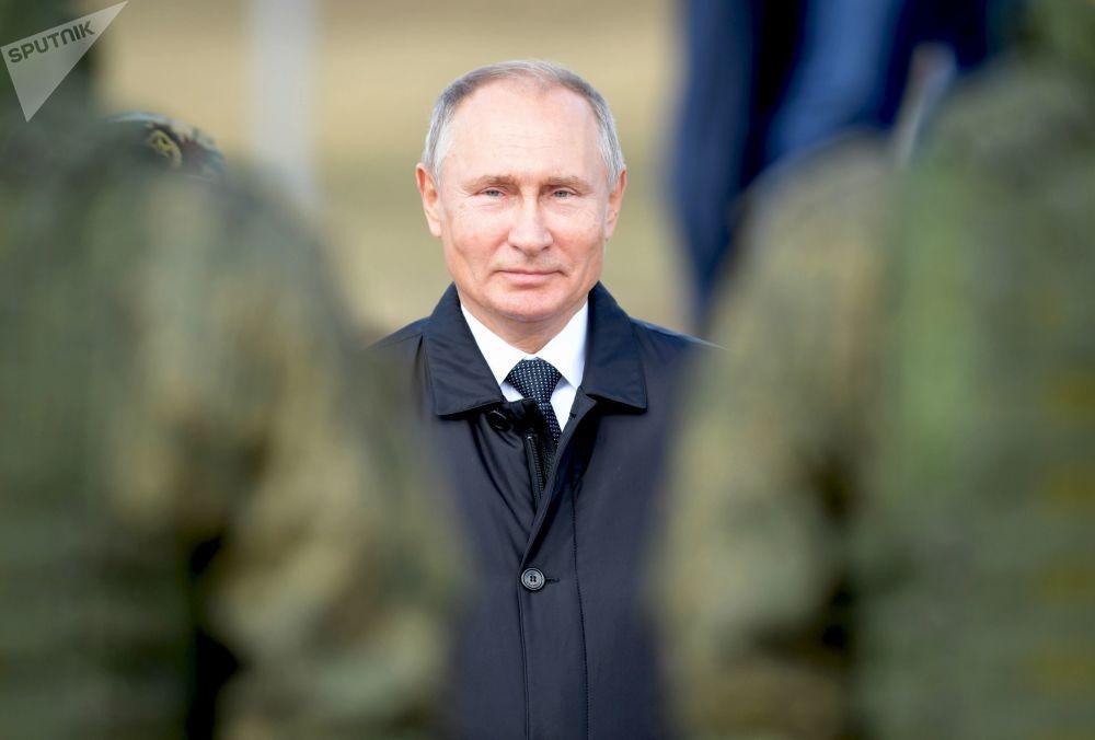 """俄罗斯总统弗拉基米尔·普京在""""东方-2018""""军事演习主阶段演习结束后对部队进行野外视察"""