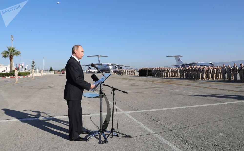 俄罗斯总统弗拉基米尔·普京访问叙利亚的赫梅敏空军基地
