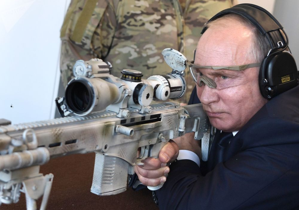 """俄罗斯总统弗拉基米尔·普京在""""爱国者""""军事公园访问卡拉什尼科夫射击中心时试射""""楚卡文""""狙击步枪"""