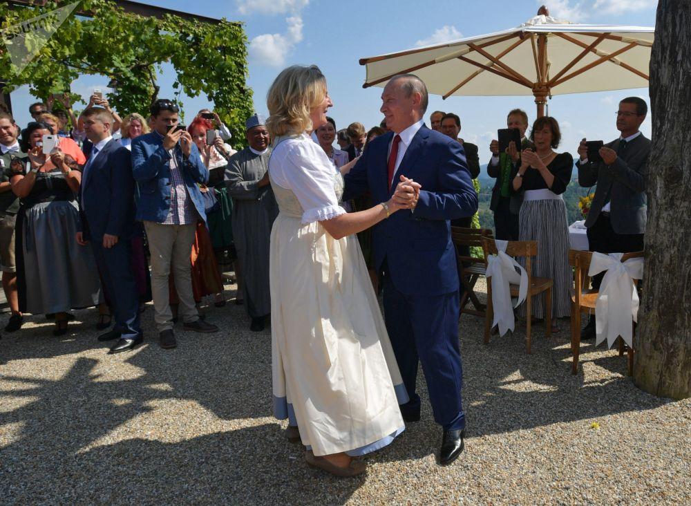 俄罗斯总统弗拉基米尔·普京在奥地利外交部长卡琳·克奈斯尔与金融家沃尔夫冈·迈林格的婚礼上与其共舞