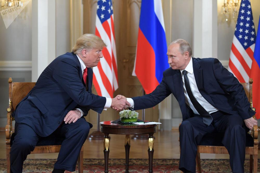 俄罗斯总统弗拉基米尔·普京和美国总统唐纳德·特朗普在赫尔辛基总统府会晤