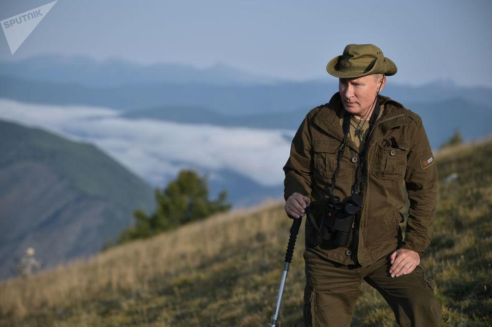 俄罗斯总统弗拉基米尔·普京在图瓦共和国萨扬-舒申斯科自然保护区的叶尼塞河度假