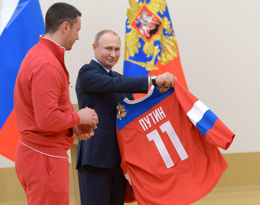 俄羅斯總統弗拉基米爾·普京和俄羅斯冰球隊隊員伊利亞·科瓦利丘克同參加第二十三屆平昌冬奧會的俄羅斯運動員會面