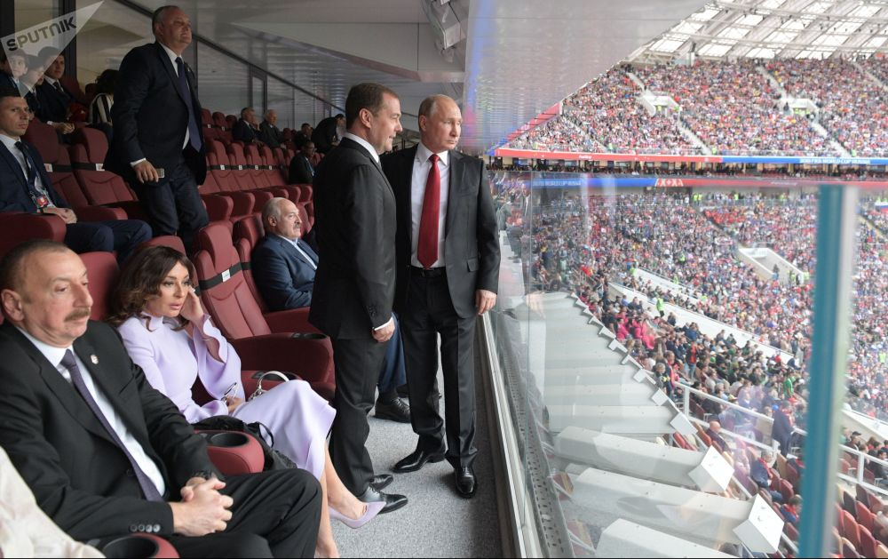 俄羅斯總統弗拉基米爾·普京觀看俄羅斯隊和沙特阿拉伯隊間的世界杯小組賽揭幕戰