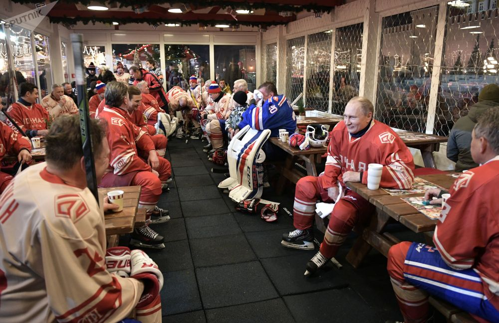 俄羅斯總統弗拉基米爾·普京在古姆冰場舉行的夜間冰球聯賽場間休息瞬間