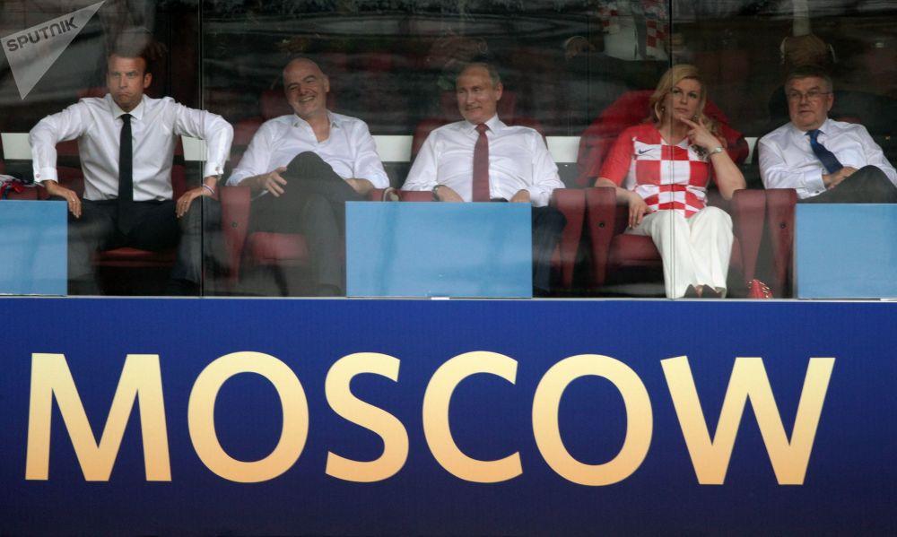 俄罗斯总统弗拉基米尔·普京观看在卢日尼基体育场举行的2018年世界杯决赛