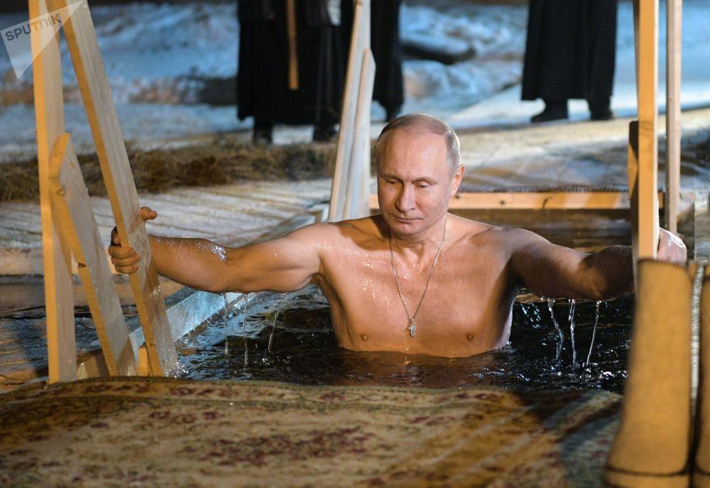 俄罗斯总统弗拉基米尔·普京于东正教基督领洗日在塞利格湖中沐浴