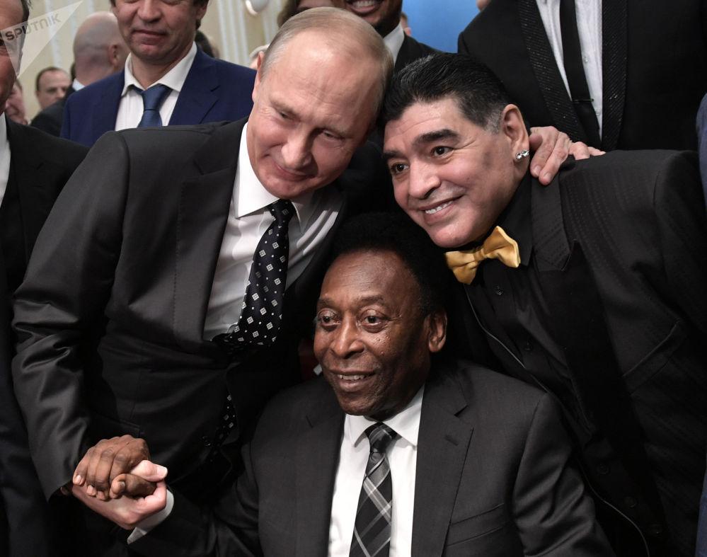 俄羅斯總統弗拉基米爾·普京、巴西足球運動員貝利和阿根廷足球運動員迭戈·馬拉多納參加國際足聯2018年俄羅斯世界杯的抽籤儀式
