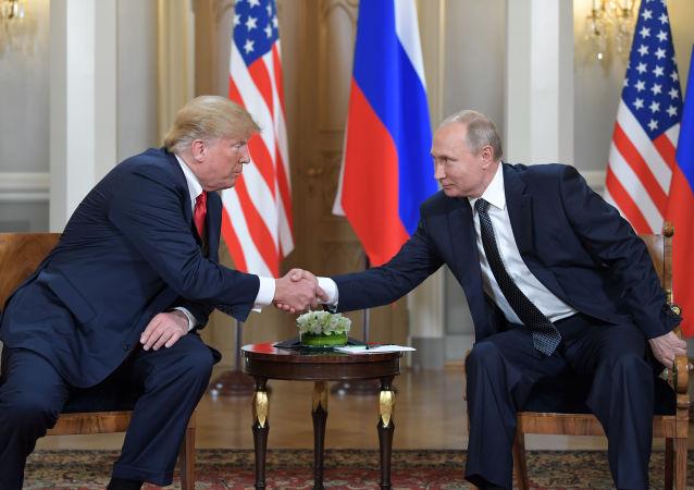 Президент РФ Владимир Путин и президент США Дональд Трамп во время встречи в президентском дворце в Хельсинки