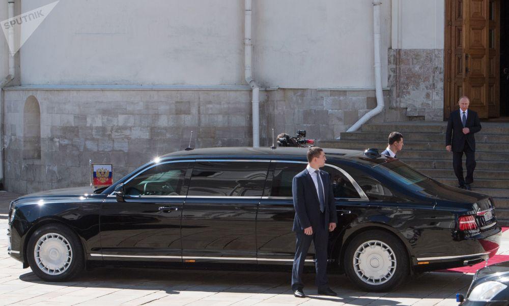 俄罗斯总统弗拉基米尔·普京走下布拉戈维申斯克大教堂的台阶走向总统座驾奥罗斯(Aurus)