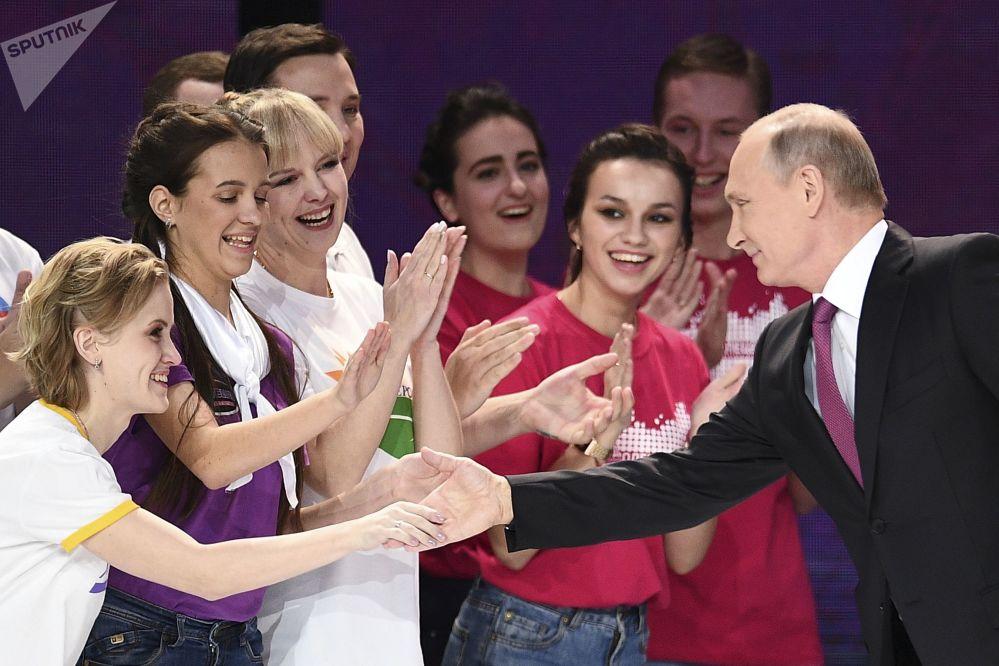 """总统弗拉基米尔·普京在莫斯科梅加体育馆举行的""""2017年俄罗斯志愿者""""颁奖典礼上"""