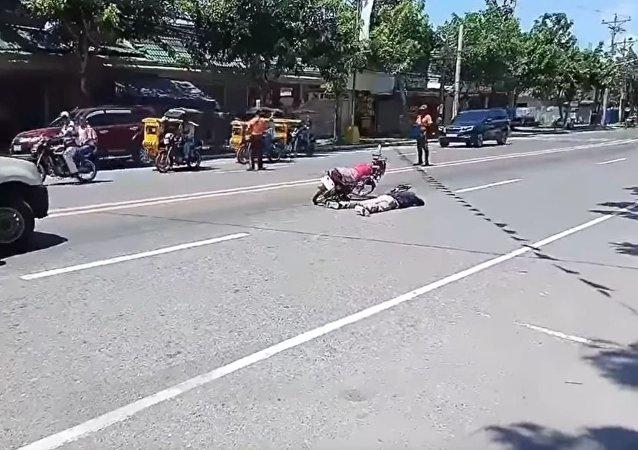菲律賓一士兵裝死向女友求婚