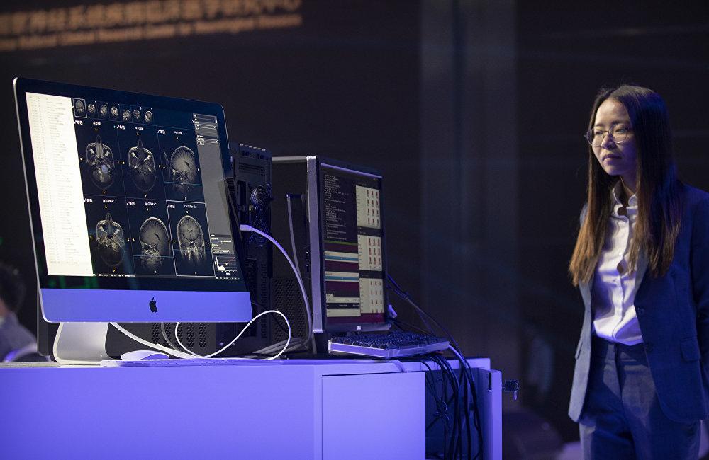 中国正成为人工智能世界工厂。中国提出了到2030年成为该领域世界领先者的任务。生产部门随处可见的机器人以及机器教学,大大提高了中国在全球创造的价值链中的地位。不过今天为了实现机器教学,资料还需人工输入。