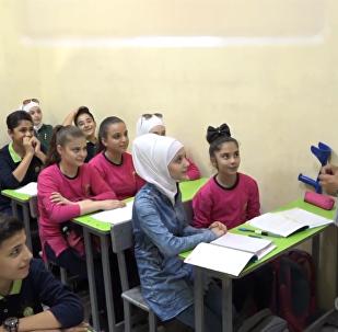 叙利亚女孩带假肢重返校园
