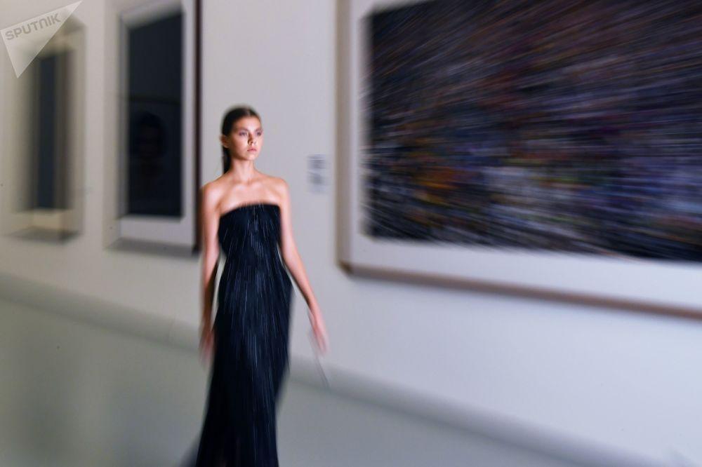 在莫斯科多媒體藝術博物館「卡塔爾季」展覽框架下舉行的時裝秀上,一位模特展示Wadha品牌設計師瓦德西·海裡的半定制系列作品。