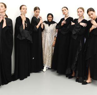 模特在「卡塔爾季」展覽上展示Noudar品牌飾品和卡塔爾服裝品牌WAAD設計師瓦阿德·亞門(中)的作品。