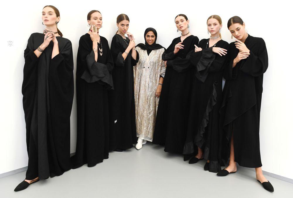 """模特在""""卡塔尔季""""展览上展示Noudar品牌饰品和卡塔尔服装品牌WAAD设计师瓦阿德·亚门(中)的作品。"""