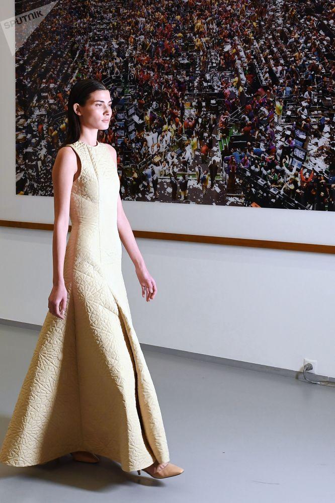 """在莫斯科多媒体艺术博物馆""""卡塔尔季""""展览框架下举行的时装秀上,一位模特展示Wadha品牌设计师瓦德西·海里的半定制系列作品。"""