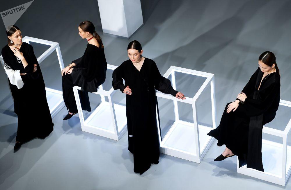 """在莫斯科多媒体艺术博物馆举行的""""卡塔尔季""""展览上,模特展示Noudar品牌饰品。"""