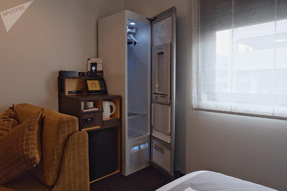 """酒店有""""智能""""橱柜,能够清扫和熨烫衣物。还可以熨平裤子或者干燥湿衣服。"""