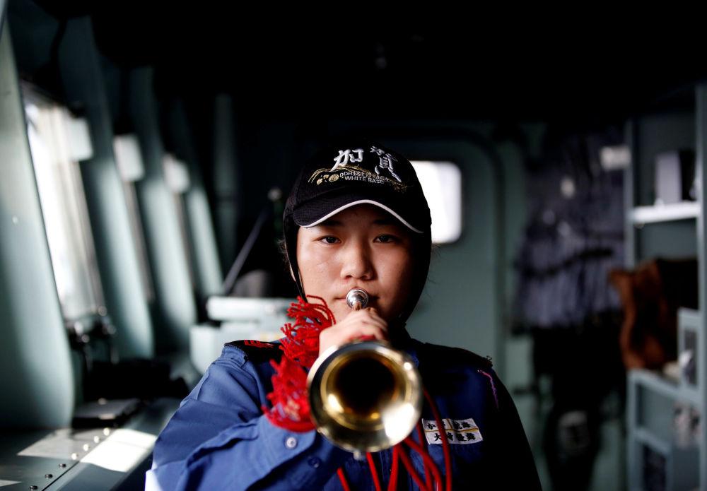 """日本""""加贺""""号直升机母舰上的女兵"""