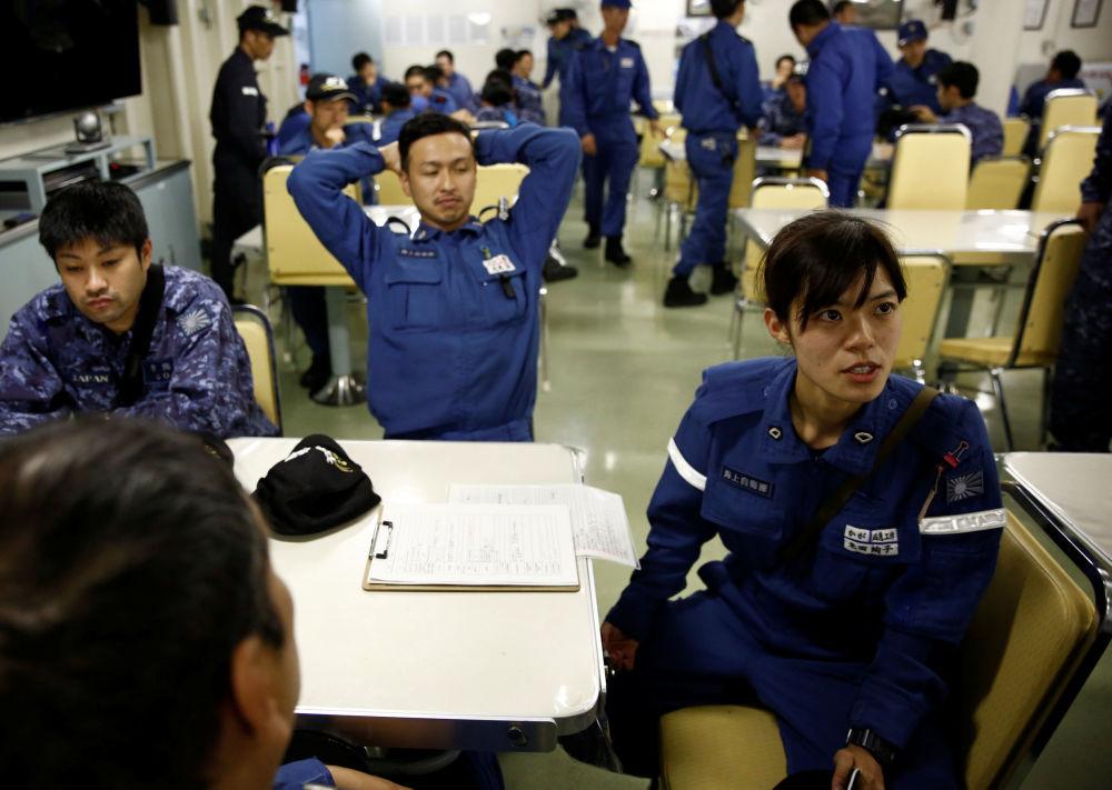 损控队员Ayako Yoneda参加军舰上举行的记者会。
